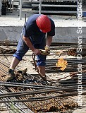 Bauerbeiter bearbeitet Betonstahl